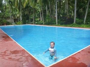 Solito en la piscina