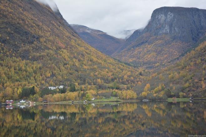 Colores de otoño en el agua