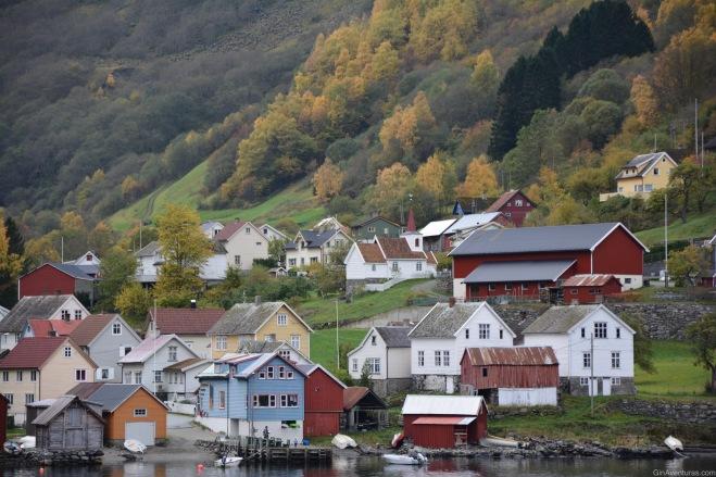 Poblados pintorescos en el litoral del fiordo de Nærøyfjord