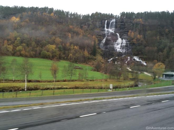 Una cascada solitaria en el trayecto Voss-Gudvangen