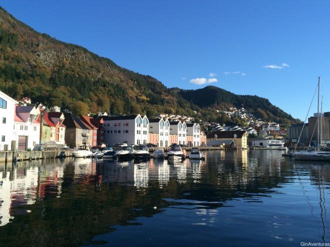 Caminando por un muelle cerca del centro de Bergen