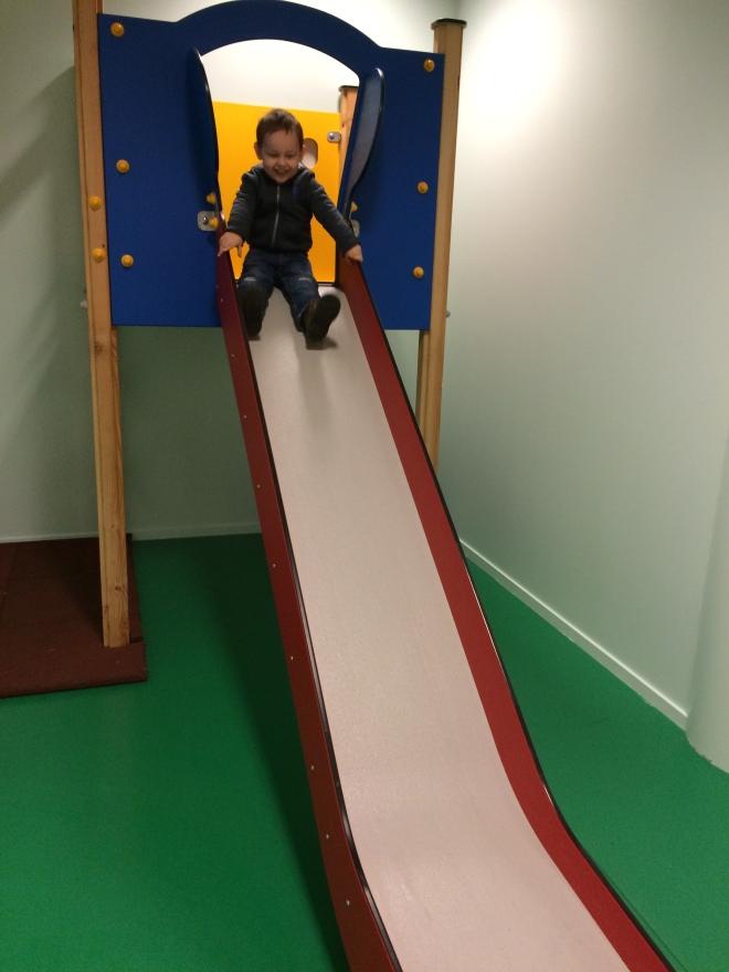 Slide en aeropuerto de Bergen, Noruega
