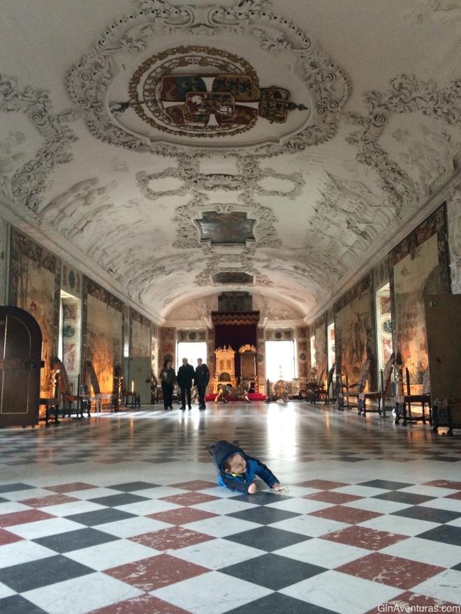 Copito descansando en el salón real