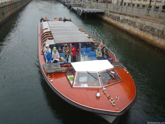 Otro barco del Canal Tours