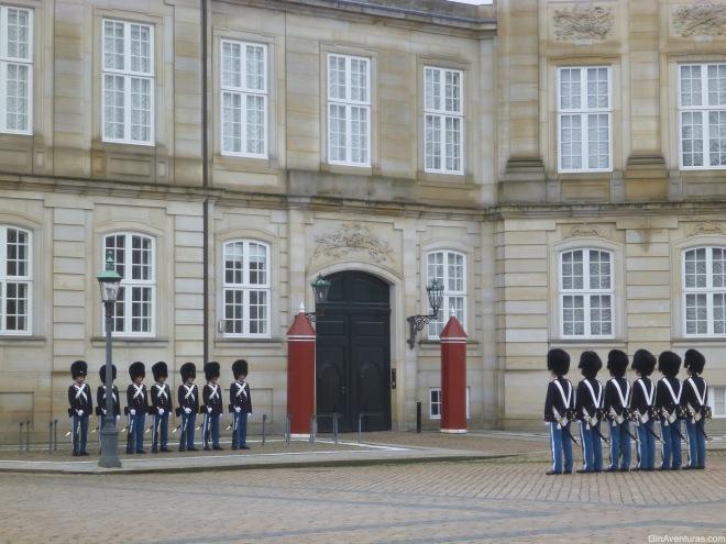 Cambio de guardia en el Palacio de Amalienborg
