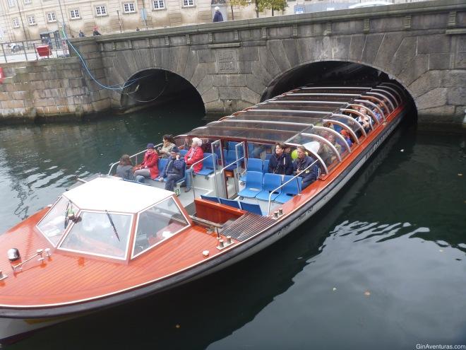 El barco pasando por la parte más angosta del puente