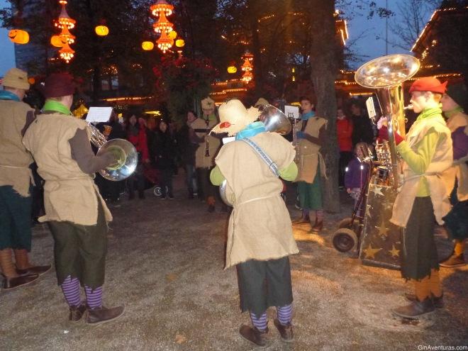 Una banda animaba el desfile de Halloween