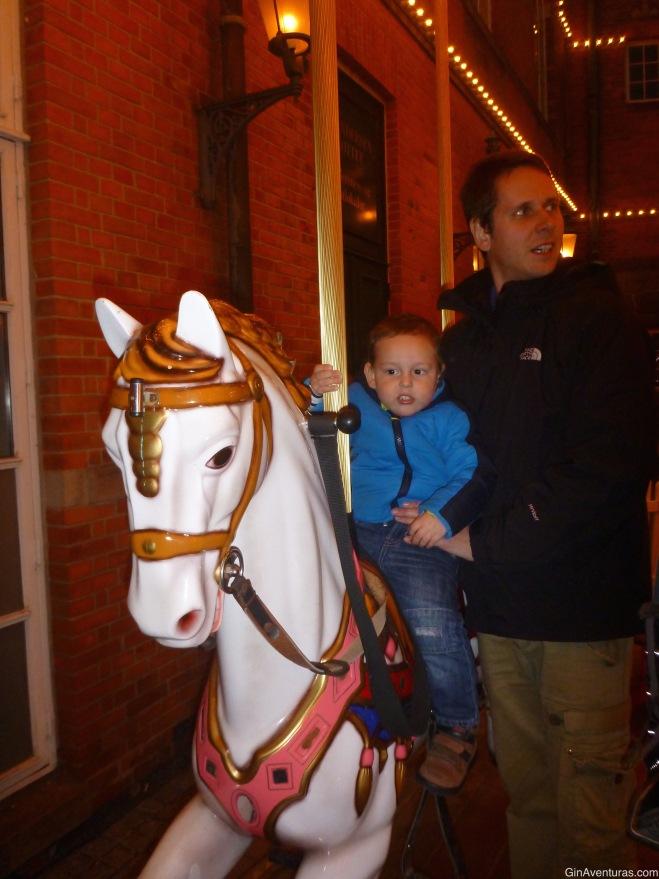 Copito disfrutó las luces y las dos vueltas en Carrousel