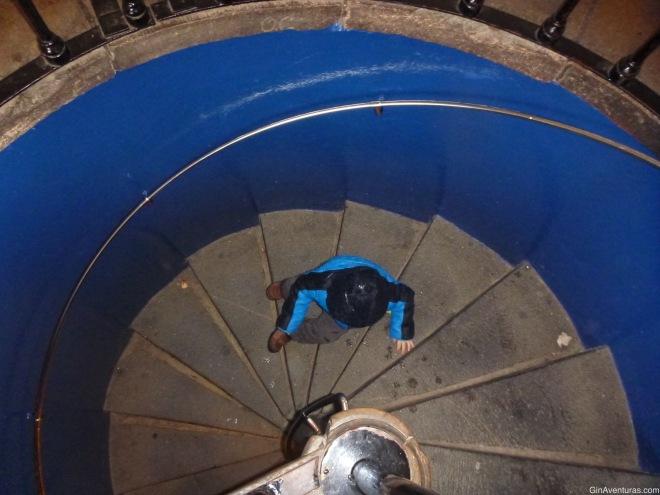 Bajando las escaleras de la torre