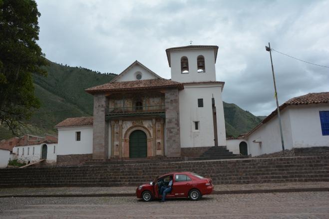 El Toyota Yaris en el que visitamos muchos lugares incluyendo Andahuaylillas (aquí en la foto)