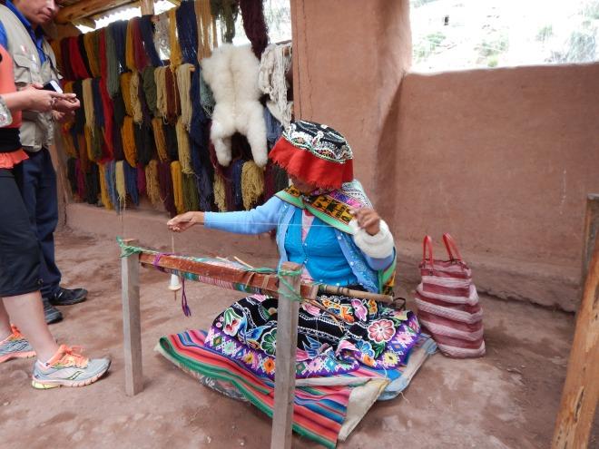 Una dama enseñándonos cómo tejer