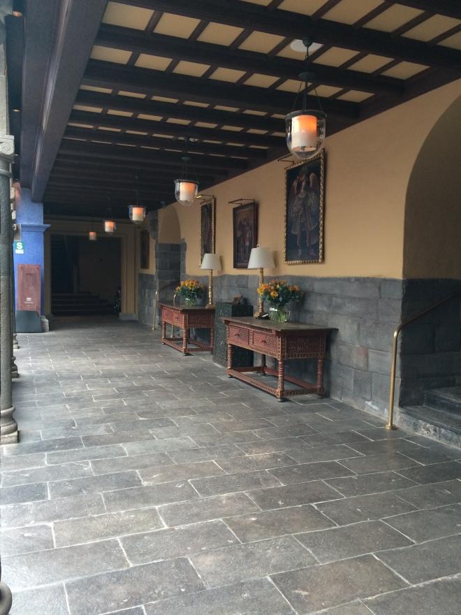 Hermosa mezcla inca y española en las áreas comunes