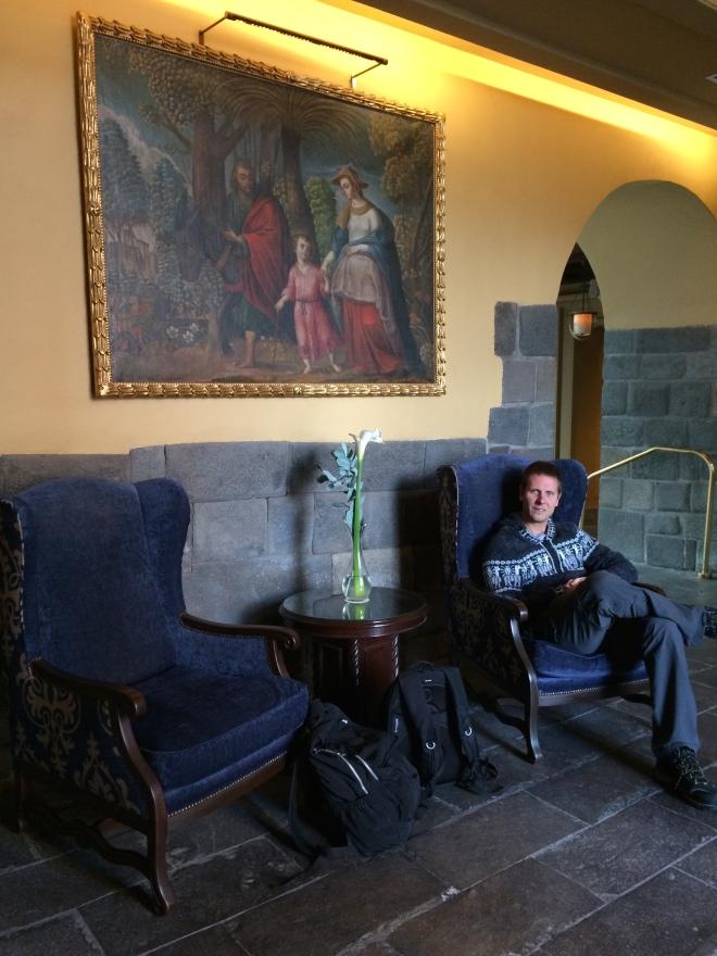 Mr. Viking casual esperando en la entrada del hotel