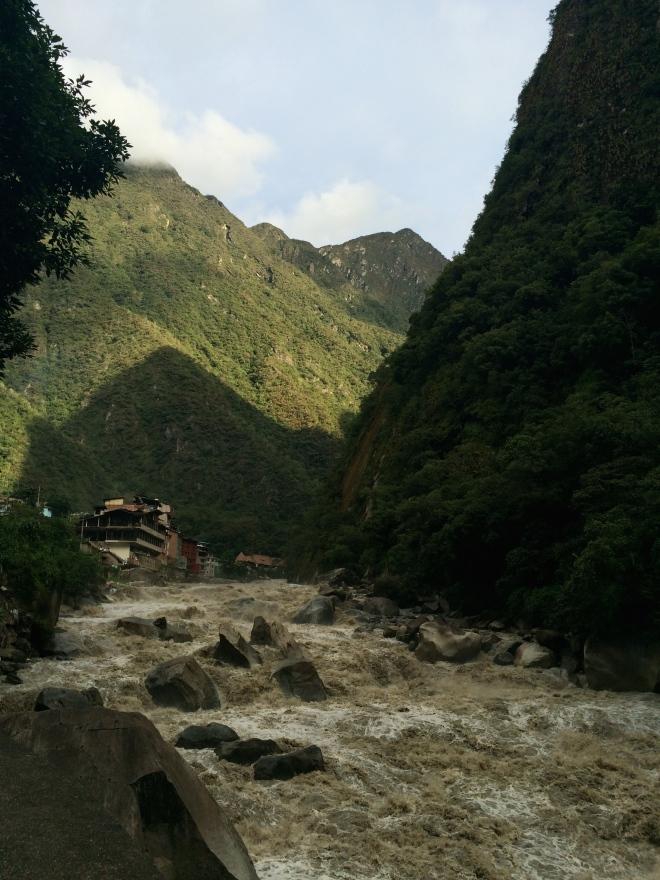 El Río Urubamba enfrente del hotel Panorama