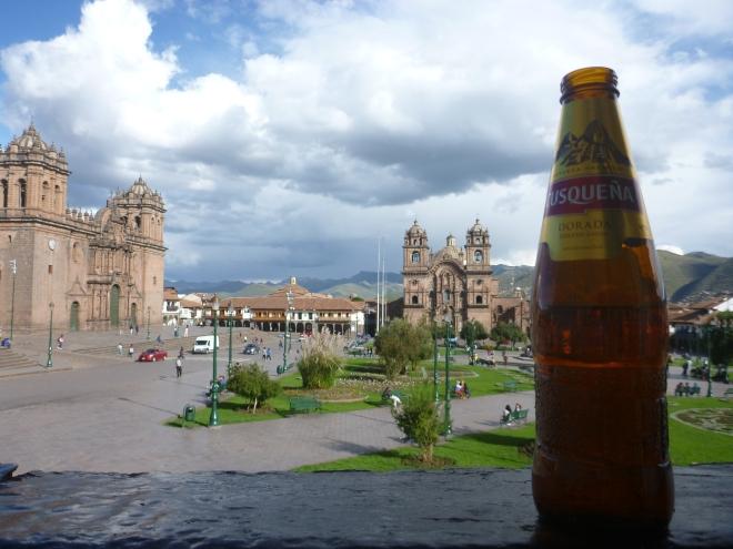 Tomando una deliciosa Cusqueña en los balcones de la Plaza de Armas, Cusco