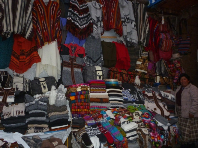 Un típico puesto de artesanías en Cusco