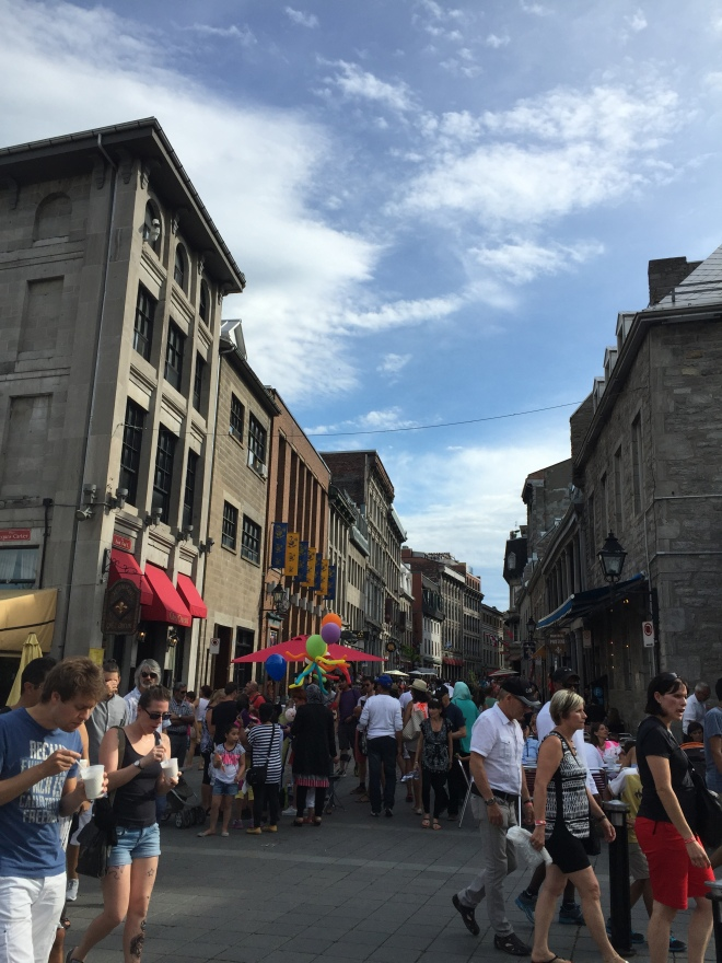 Ríos de gente en la Rue de Saint-Paul