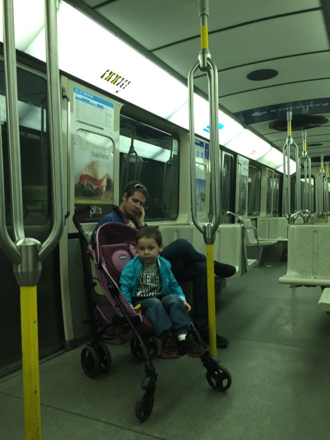 Feliz en el Metro de Montreal