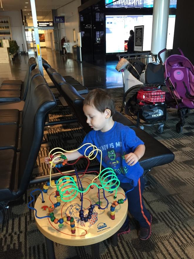 Copito jugando en el aeropuerto de Montreal