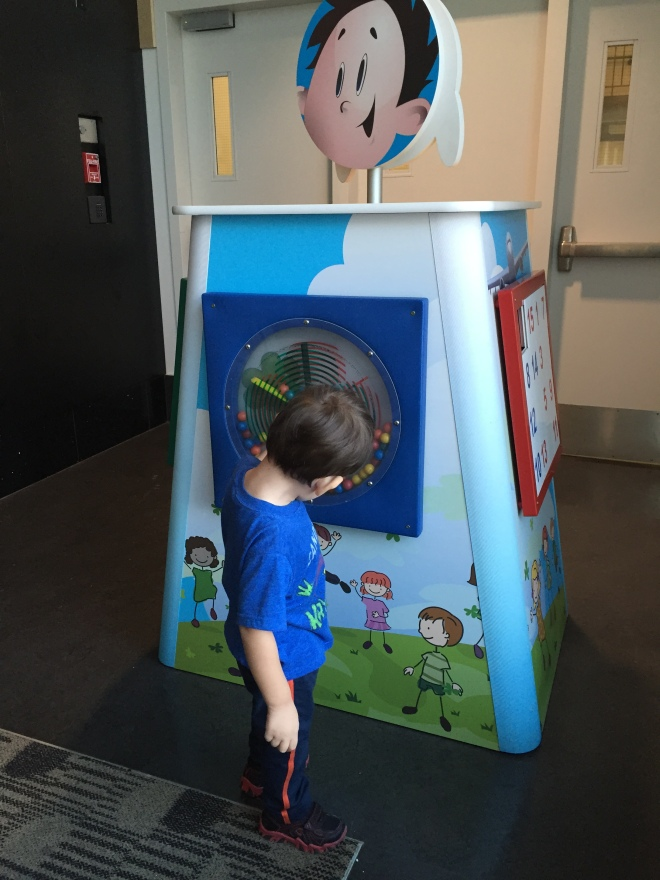 Copito jugando en el aeropuerto